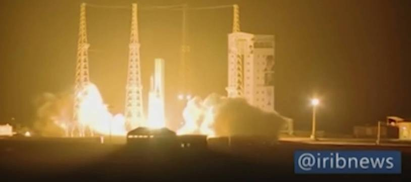 Dans cette image tirée d'une vidéo, une fusée iranienne transportant le satellite est lancée depuis le port spatial Imam Khomeini dans la province iranienne de Semnan, dimanche 9 février 2020.