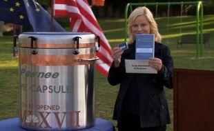 Leslie Knope (Amy Poehler) scelle la capsule temporelle destinée aux futurs habitants de Pawnee. Parks and Recreation, saison 3.
