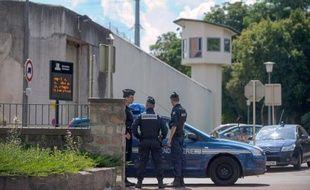 Le détenu qui avait pris en otage pendant plus de 13 heures mercredi une surveillante de la prison d'Ensisheim (Haut-Rhin) sera jugé lundi en comparution immédiate, a-t-on appris vendredi auprès du Parquet de Colmar.
