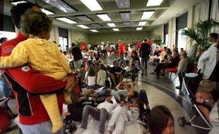 Des touristes d'un centre de vacances VVF sont rassemblés dans la salle des congrès d'Anglet, où ils ont été évacués après une alerte à la bombe, le 8 août 2008.
