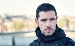 Melvil Poupaud joue Paul Brodsky dans la minisérie de TF1, « Insoupçonnable ».