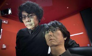Le Pr. Hiroshi Ishiguro pose avec son double robotique au Musée d'art contemporain de Rome, le 24 novembre 2016.