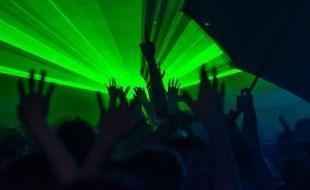 Illustration d'une soirée en discothèque.