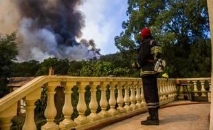 Les enquêteurs doivent attendre que le feu soit éteint pour commencer leurs investigations