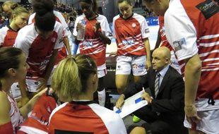 A Villeneuve d'Ascq, le 11 octobre 2015 - Le match de Ligue Feminine ESBVA-Calais au Palacium. L'entraîneur Frederic Dusart.