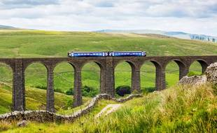 Un train sur un viaduc dans le Yorkshire, au Royaume-Uni.