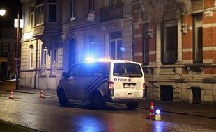 Un van de police stationne dans le périmètre de sécurité à Verviers, en Belgique, le 15 janvier 2015.