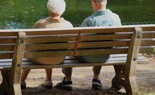Couple de personnes agées dans un parc, assis sur un banc, au Mans, France, le 1er janvier 2009.