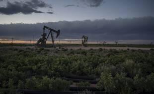 Un champ pétrolifère au crépuscule, près de Loco Hills le 23 avril 2020, dans le comté d'Eddy, au Nouveau-Mexique.