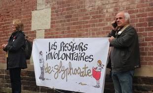 Des militants pisseurs involontaires de glyphosate brandissent leur banderole avant l'audience du maire de Langouët, devant le tribunal administratif de Rennes en octobre 2019.