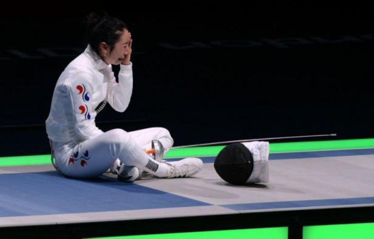 L'escrimeuse sud-coréenne Shin A Lam, battue en demi-finale de la compétition d'épée après un imbroglio sur le déclenchement du chronomètre, refusait toujours de quitter la piste alors que ses responsables essayaient de faire revenir la fédération internationale sur sa décision lundi soir. – Toshifumi Kitamura afp.com