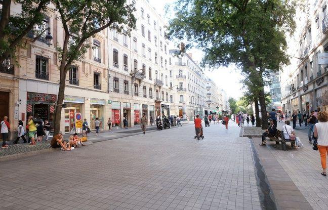 Les dallages de la rue de la République seront changés ainsi que les pieds d'arbre.