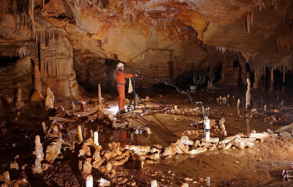 Dans la grotte de Bruniquel, lors de prise de mesures pour l'étude archéo-magnétique. – Michel Soulier / SSAC