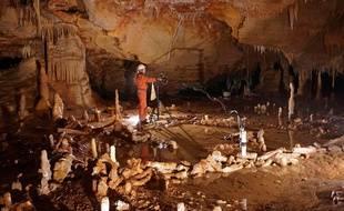Dans la grotte de Bruniquel, lors de prise de mesures pour l'étude archéo-magnétique.