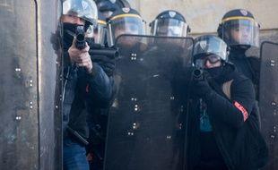 Des policiers équipés de flashs ball le 21 février 2015 à Nantes.