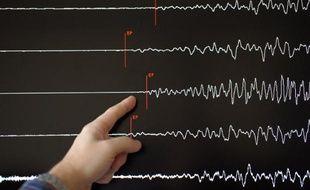 Un technicien devant un sismograhe le 11 mars 2011 au Réseau national de surveillance sismique (Renass), à Strasbourg