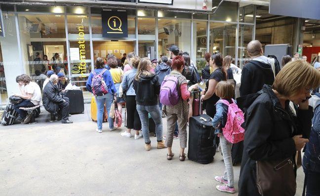 Patience et persévérance en gare Montparnasse à Paris, le 30 juillet 2017, devant le guichet d'information.