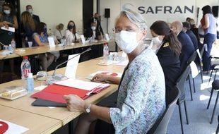 La ministre du Travail, Elisabeth Borne, lors d'une visite le 30 juillet chez Safran à Vélizy-Villacoublay.
