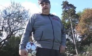 Capture d'écran d'une vidéo sur laquelle Pierre Ménès effectue une série de huit jongles pour répondre à Patrice Evra.