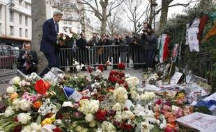 Le secrétaire d'Etat John Kerry rend hommage le 16 janvier 2015 à Paris, au policier Ahmed Merabet tué lors de l'attentat contre Charlie Hebdo