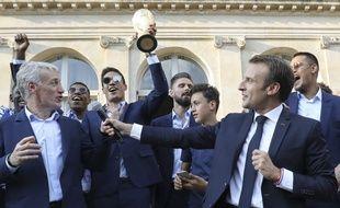Emmanuel Macron célèbre la victoire des Bleus en Coupe du monde avec les joueurs