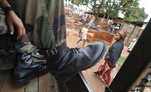 Plusieurs centaines de personnes ont lancé mercredi des projectiles vers l'ambassade de France à Bangui, après avoir fait un sit-in devant l'ambassade américaine pour dénoncer la situation dans le pays dont une partie est occupée par la coalition rebelle.