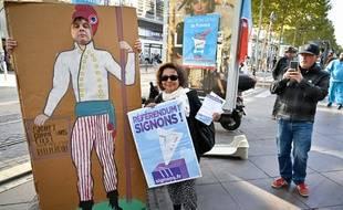 Des manifestants protestent contre la privatisation d'ADP, le 5 octobre à Marseille.
