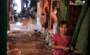 Le boom immobilier en Birmanie, sous l'effet de l'ouverture du pays depuis deux ans, a jeté à la rue des centaines de familles. A Rangoun, un monastère bouddhiste les accueille.