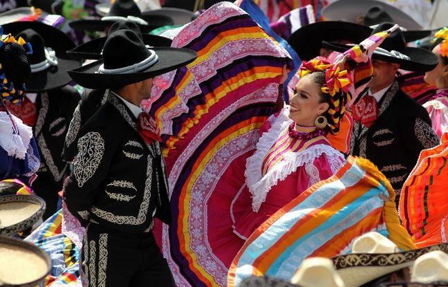 Les hommes ont dansé sur des chansons de mariachi en portant les traditionnels costumes de «charro». Les femmes portaient des robes multicolores et leurs coiffures étaient entrelacées de rubans.