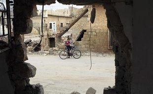 Un garçon et son vélo près d'une zone bombardée à Atareb (Syrie), le 24 octobre 2012.