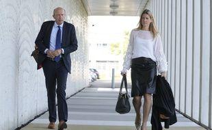 Deux avocats de familles de victimes du crash du vol MH17 arrivent au procès à Amsterdam, lundi 6 septembre 2021.