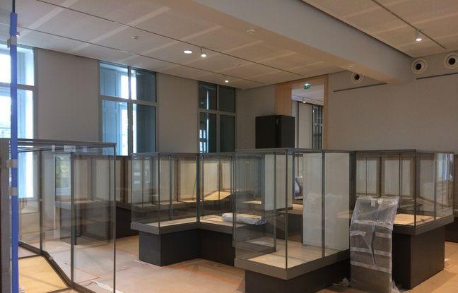 Les vitrines des expositions semi-temporaires ont commencé à être installées.