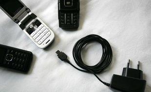 Des téléphones portables de différentes marques et un chargeur