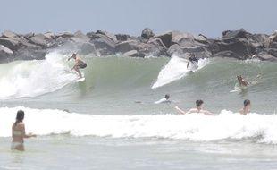 Illustration de surfeurs et nageurs sur la plage de Panama City Beach, en Floride.
