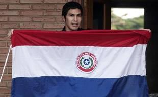 Salvador Cabanas brandit un drapeau paraguayen à Asuncion le 15 juin 2010.
