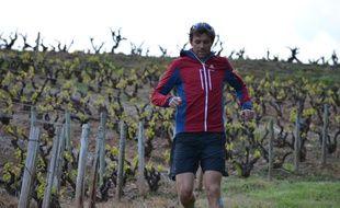 François D'Haene court ici au milieu de ses vignes, à Saint-Julien dans le Rhône.