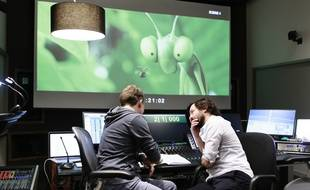 Le directeur artistique vérifie que le son enregistré colle bien à l'image de «Minuscule 2» dans la cabine du studio.
