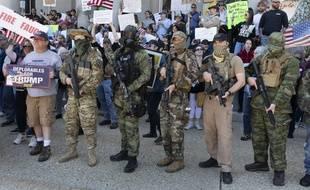 Des membres des Boogaloo Boys contre le confinement le 2 mai dans le New Hampshire.