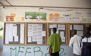 A l'Université Cheikh Anta Diop de Dakar (Sénégal), les murs se sont transformés en panneaux d'affichage électoral.