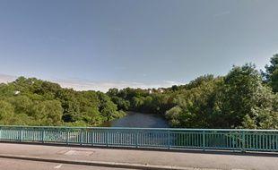 En pleine course poursuite, l'homme a d'abord semé les policiers en sautant dans la Moselle, à Golbey, dans les Vosges.