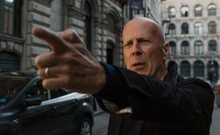 Bruce Willis mime-t-il un pistolet ou joue-t-il à «tire sur mon doigt» dans «Death Wish», difficile à savoir...