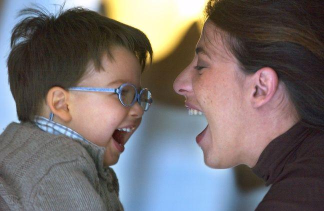 Moment de complicité entre une mère et son fils (illustration).