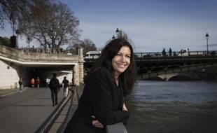 Anne Hidalgo, la maire de Paris, sur les quais de Seine, en mars 2017.
