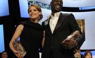 """Avec six trophées dont celui de Meilleur film et Meilleur réalisateur, les plus convoités, """"The Artist"""" a poursuivi vendredi sa marche triomphale à la veille des Oscars, ne concédant à """"Intouchables"""" qu'un seul trophée, celui du meilleur acteur à Omar Sy, premier interprète noir consacré."""