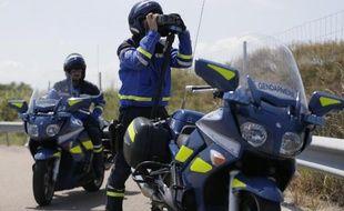 Un gendarme contrôle la vitesse avec un radar le 6 juillet 2013 sur l'autoroute A6