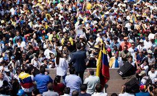 L'opposant vénézuélien Juan Guaido s'adresse à une foule de plusieurs milliers de personnes à Caracas, le 2 février 2019.