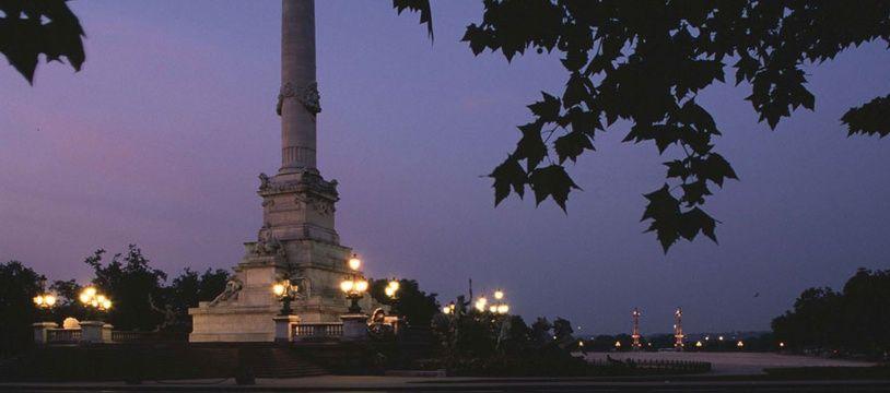 Un trentenaire fragile psychologiquement a tagué mardi soir la colonne des Girondins sur la place des Quinconces.