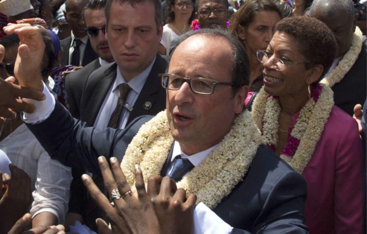 Francois Hollande et George Pau-Langevin, le 22 août 2014, à Mayotte. – ALAIN JOCARD / AFP