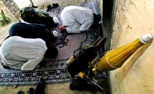 Des talibans pakistanais en prière après la mort d'un camarade dans le village de Rahim Kor près de Peshawar le 27 avril 2008