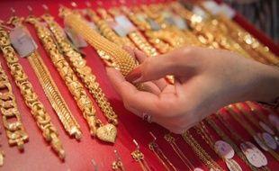 Jianguo Meng, 46 ans, demander aux personnels d'une bijouterie de montrer une sélection de bijoux haut de gamme sur une table ou un présentoir, puis distrayait les vendeurs.